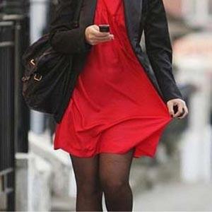 Антистатик – юбка совсем не липнет! И правда не липнет, мы видим, как легкая юбка свободно свисает и не липнет.
